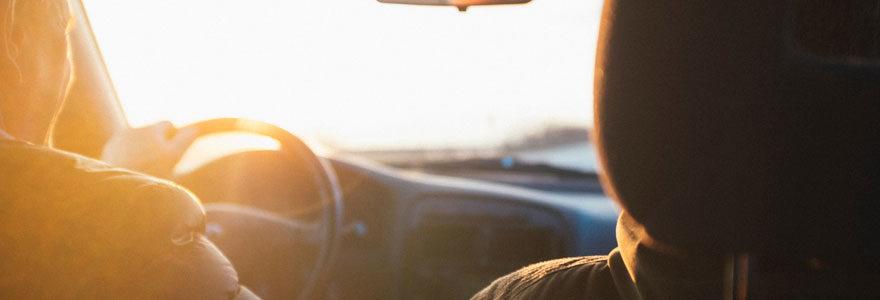 Conducteur au volant de sa voiture